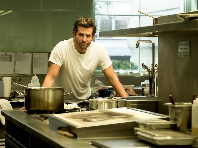 Bradley Cooper em cena do filme Pegando Fogo
