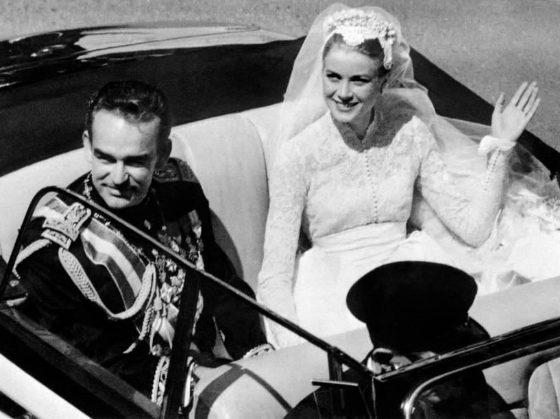 Grace Kelly e o Príncipe Rainier III, pais de Albert II, deixam a catedral Saint Nicholas depois da cerimônia de casamento, em 1956
