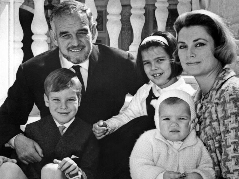 A família real de Mônaco: Grace Kelly e o Príncipe Rainier III, junto aos filhos Príncipe Albert e Princesas Caroline e Stéphanie