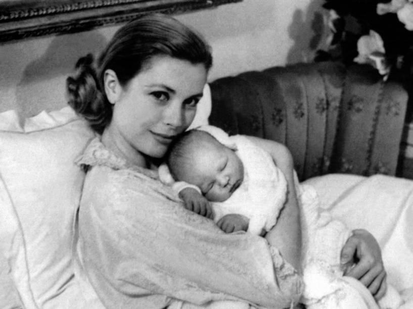 A atriz americana Grace Kelly segura no colo o recém-nascido Príncipe Albert II de Mônaco, em 1958