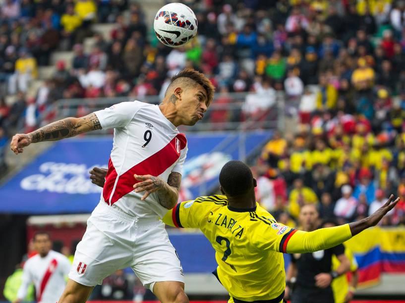 Paolo Guerrero durante a partida entre Colômbia e Peru no Estádio Municial Germán Becker