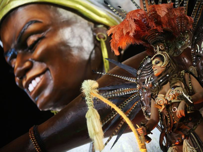 Integrante da escola de samba Unidos do Peruche durante segundo dia de desfiles do grupo especial do Carnaval de São Paulo no Sambódromo do Anhembi na região norte da capital paulista na noite desta sábado (06)