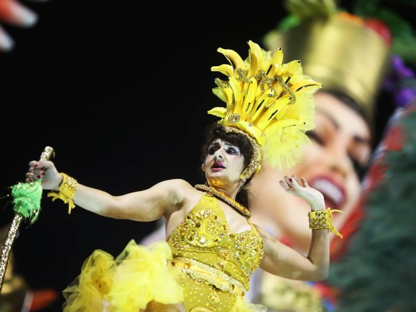Integrante da escola de samba Unidos do Peruche no segundo dia de apresentações do grupo especial do Carnaval de São Paulo, no Sambódromo do Anhembi