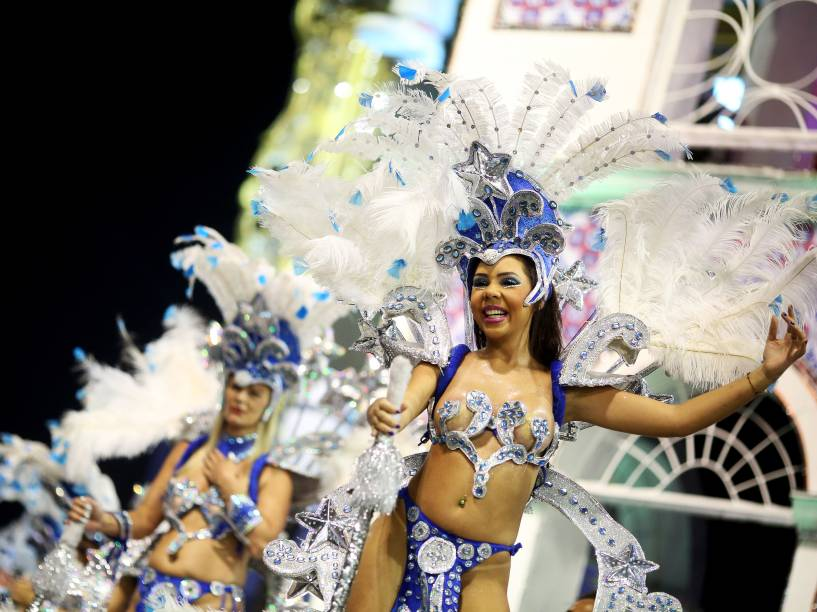 Integrantes da escola de samba Unidos do Peruche no segundo dia de apresentações do grupo especial do Carnaval de São Paulo, no Sambódromo do Anhembi