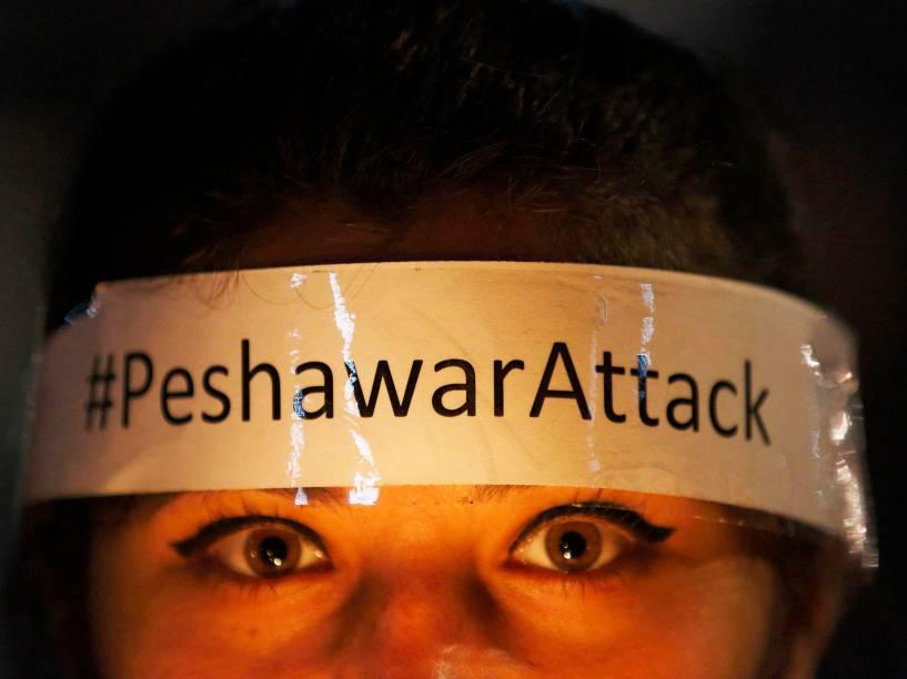 Mulher protesta contra o atentado que matou 132 estudantes no Paquistão