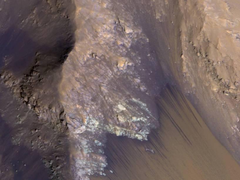<p>Conjunto de RSL– linhas recorrentes de encostas relacionadas à presença de água - capturado pela Missão Mars Reconnaissance Orbiter (MRO) em 21 de julho de 2015, no Coprates Chasma– cânion imenso que possui cerca de 966 quilômetros de extensão –, localizado no Valles Marineris.</p>
