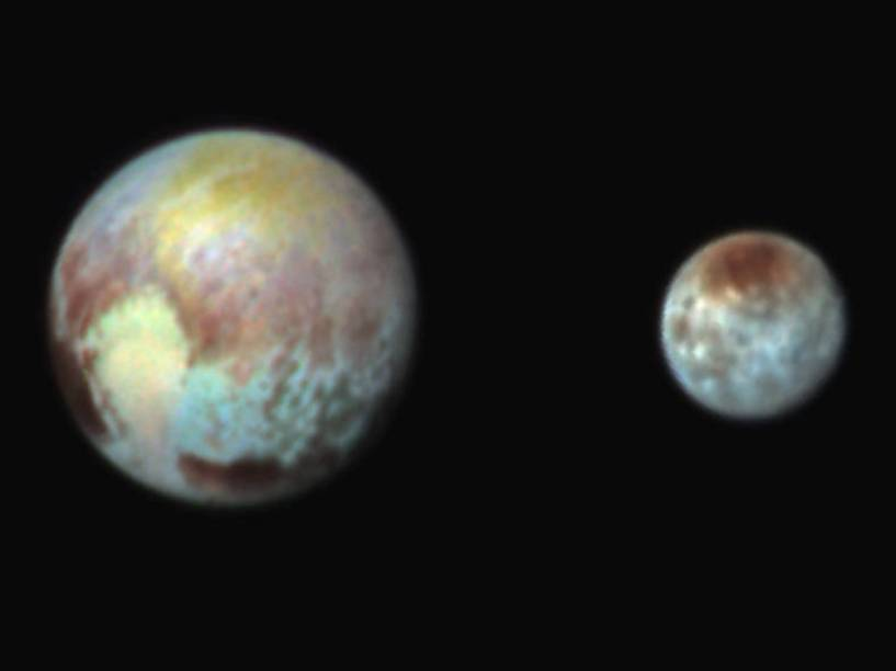 <p>Plutão e sua lua maior, Caronte. As cores não são verdadeiras, são exageradas para mostrar melhor as variações na superfície de ambos</p>
