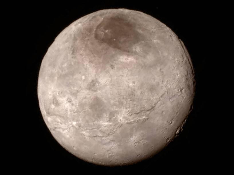 <p>A lua Caronte aparenta ser jovem, pela pequena quantidade de crateras em seu terreno</p>