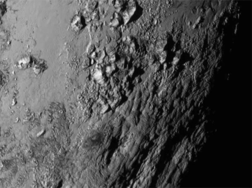 <p>Com a aproximação da New Horizons é possível avistar montanhas de gelo em Plutão</p>