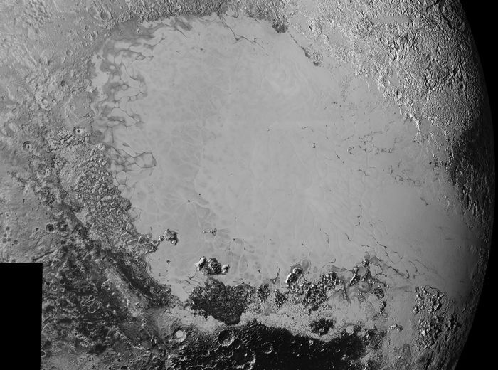 <p>A fotografia mostra a Planície Sputnik (vista nas primeiras fotos com um formato de coração), uma região de certca de 1.600 quilômetros de extensão</p>