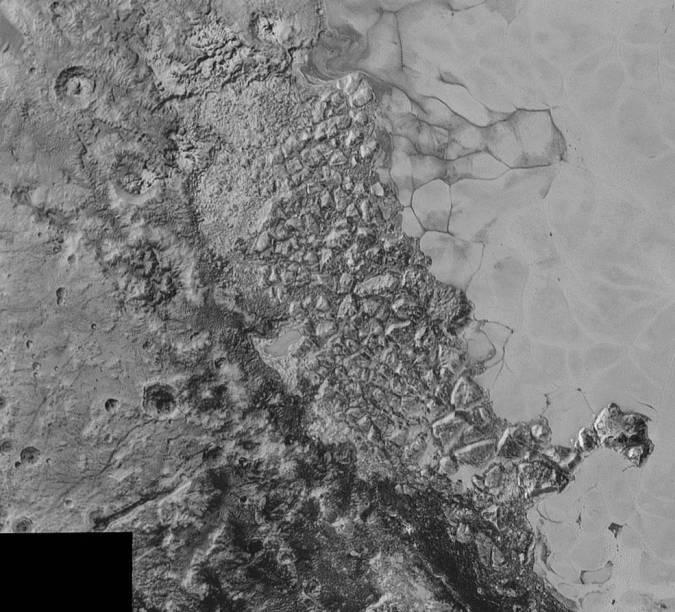 <p>No imagem da Planície Sputnik é possível visualizar uma vasta região de relevo caótico, que fica na porção Noroeste</p>