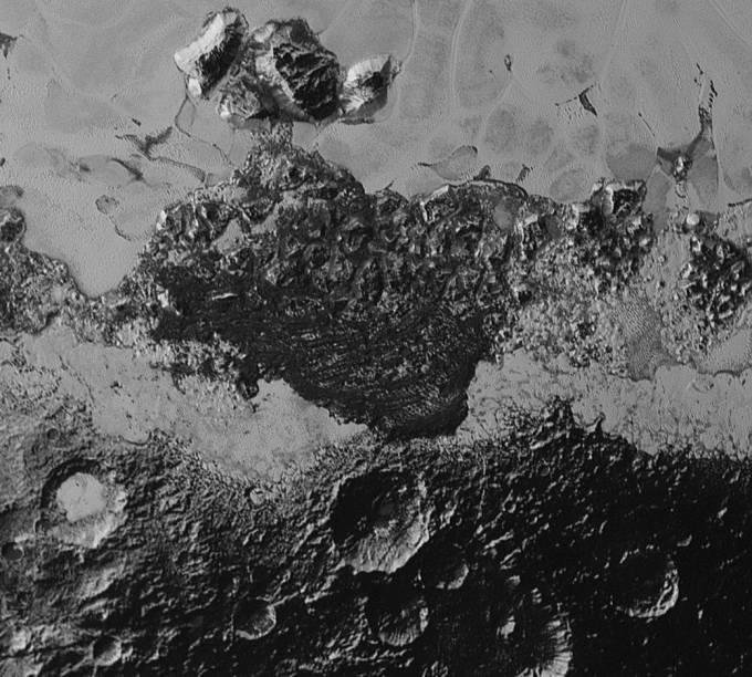 <p>A foto revela a incrível complexidade do relevo de Plutão. Crateras antigas e regiões mais recentes, cadeias de montanhas e uma porção escura e enigmática que se parece com dunas.</p>