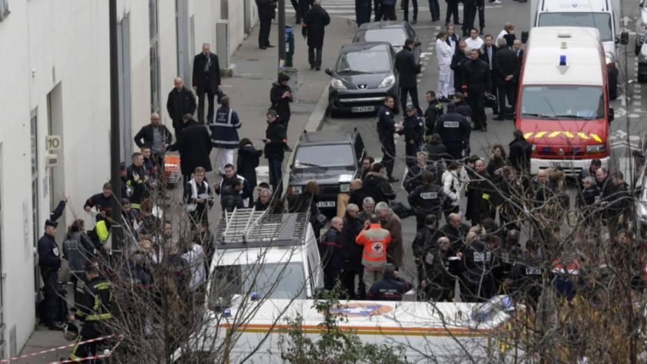 Policiais e socorristas diante da sede do Charlie Hebdo