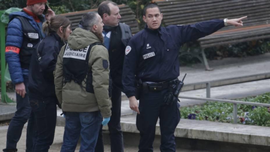 Policiais perto do local do atentado ao Charlie Hebdo, em Paris