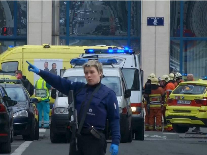 Uma policial dá orientações no Aeroporto de Bruxelas