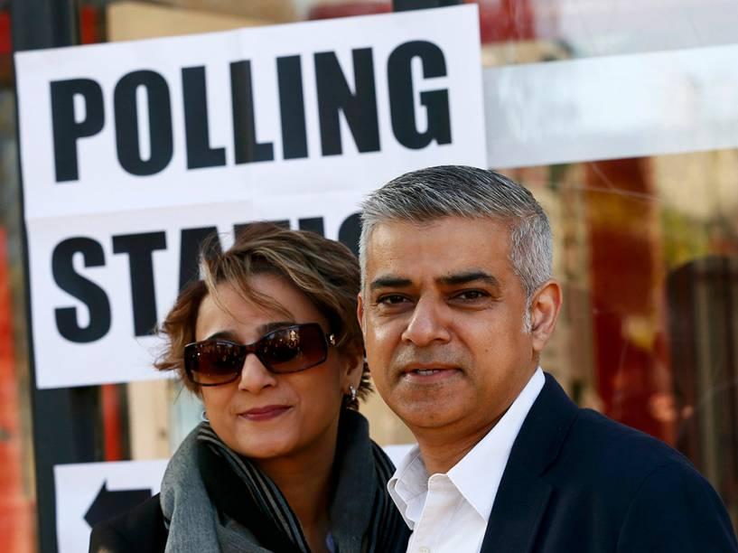 Sadiq Khan, candidato à prefeitura de Londres, entra em uma estação para depositar seu voto, junto com a esposa Saadiya, em Londres - 05/05/2016