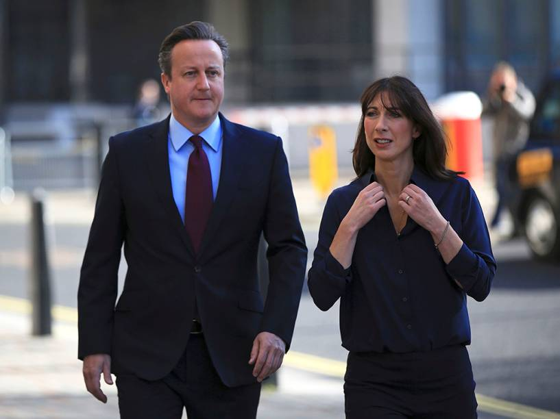 Atual Primeiro-Ministro, David Cameron e cadidato a prefeitura de Londres caminha em direção a uma estação eleitoral para depositar seu voto, junto com a esposa Samantha - 05/05/2016