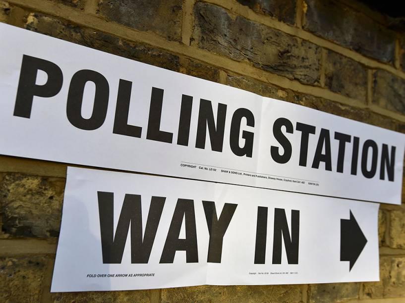 Cartaz aponta direção de cabine de votação para prefeito de Londres. As eleições acontecem hoje - 05/05/2016