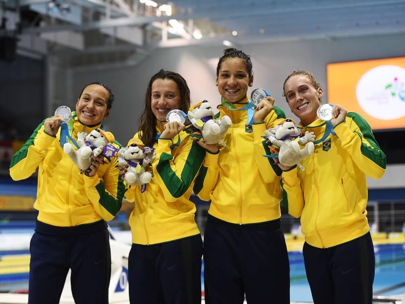 Equipe do revezamento 4x200 livre feminino comemora a prata nos Jogos Pan-Americanos de Toronto