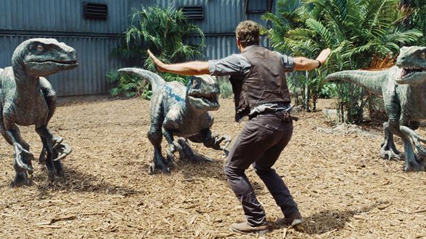 Chris Pratt em cena de Jurassic World