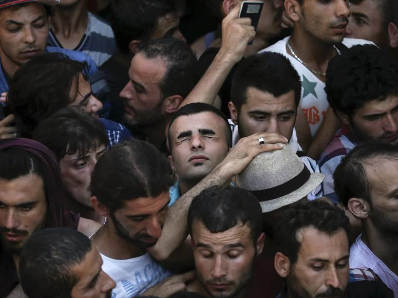 Refugiado sírio tenta recuperar o fôlego, em fila próximo ao Estádio Nacional, na ilha grega de Kos. Foto vencedora do prêmio Pulitzer, o maior do fotojornalimo mundial - 12/08/2015