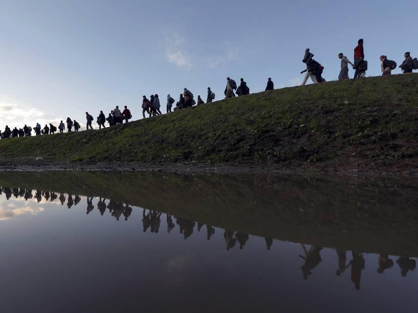 Migrantes fazem caminho a pé nos arredores de Brezice, na Eslovênia. Foto vencedora do prêmio Pulitzer, o maior do fotojornalismo mundial - 20/10/2015
