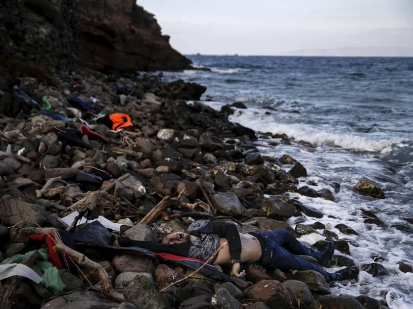Corpo de um imigrante é visto em uma praia, na ilha grega de Lesbos. Foto vencedora do prêmio Pulitzer, o maior do fotojornalismo mundial - 07/11/2015