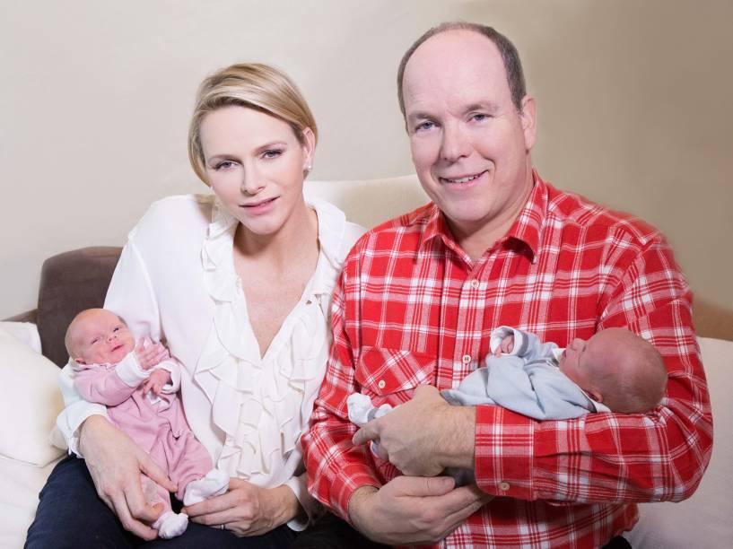 O casal com os gêmeos nascidos em 2014, a Princesa Gabriella e o Príncipe Jacques