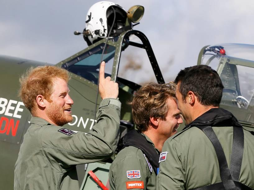 O príncipe Harry em uma academia de pilotagem de aviões, em West Sussex, na Inglaterra, com um novo visual