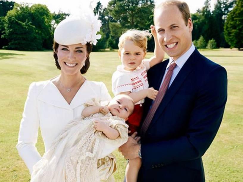 No jardim em Sandringham House, a duquesa de Cambridge, Kate Middleton, e o Príncipe William posam para foto com príncipe George e a princesa Charlotte