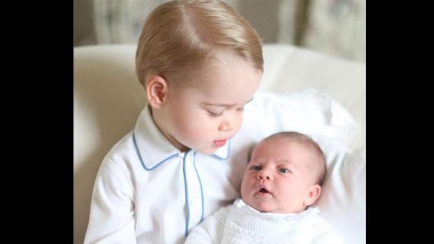 Detalhe da primeira foto oficial dos príncipes George e Charlotte, filhos de William e Kate Middleton