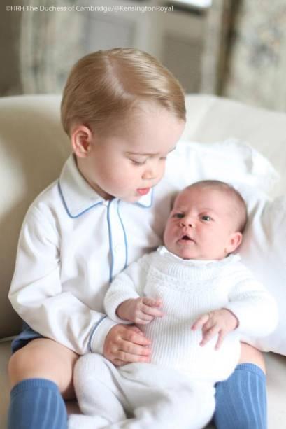 Primeira foto oficial dos príncipes George e Charlotte, filhos de William e Kate Middleton