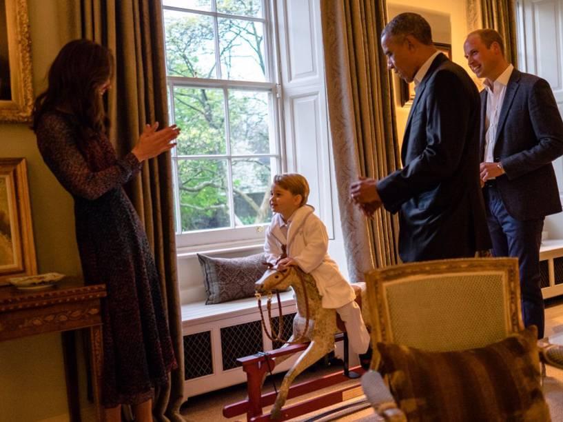 Presidente dos Estados Unidos, Barack Obama, conhece o Príncipe George, filho do Príncipe William e a Princesa Kate, Duque e Duquesa de Cambridge, no Palácio Kesington