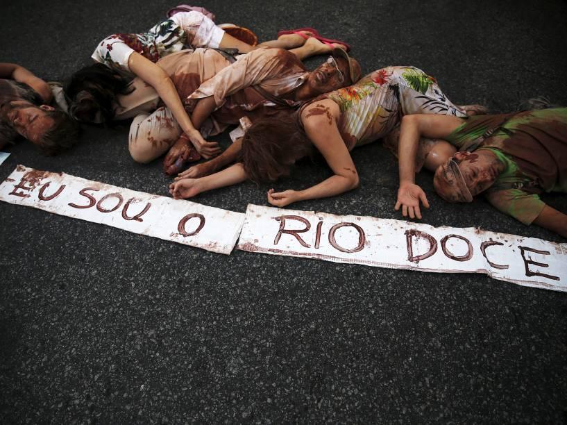 Sujos de lama, manifestantes fazem protesto no Rio de Janeiro, neste domingo (29)