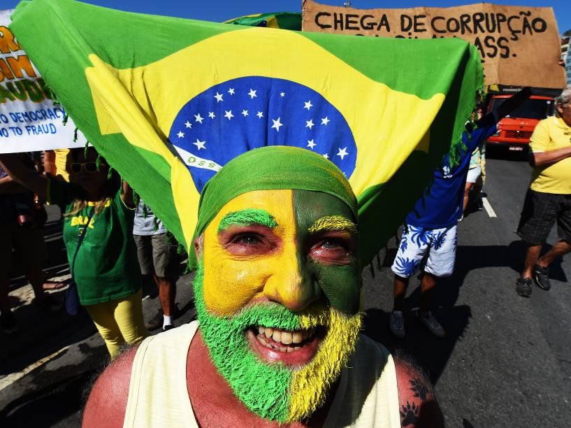 Protesto contra governo Dilma é realizado na orla de Copacabana, neste domingo (16)