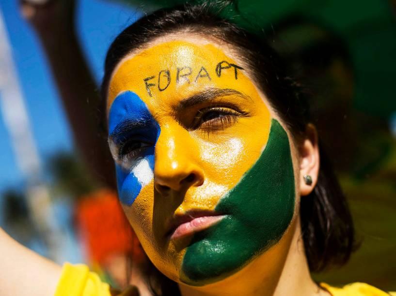Manifestantes se concentram na avenida Atlântica em Copacabana na cidade do Rio de Janeiro, para protestar contra o governo da presidente Dilma Rousseff e PT neste domingo (16)