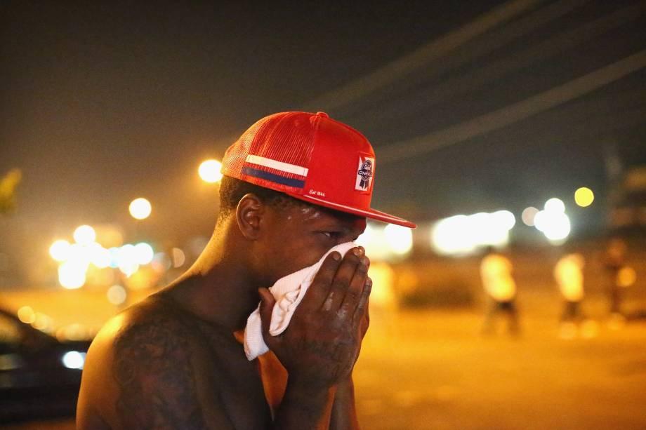 Duas pessoas foram feridas a tiros e 31 detidas na madrugada desta terça-feira (19) em uma nova noite de violência na cidade de Ferguson, estado de Missouri (centro-oeste dos Estados Unidos), cenário de protestos relacionados com a morte de um jovem negro em uma ação policial