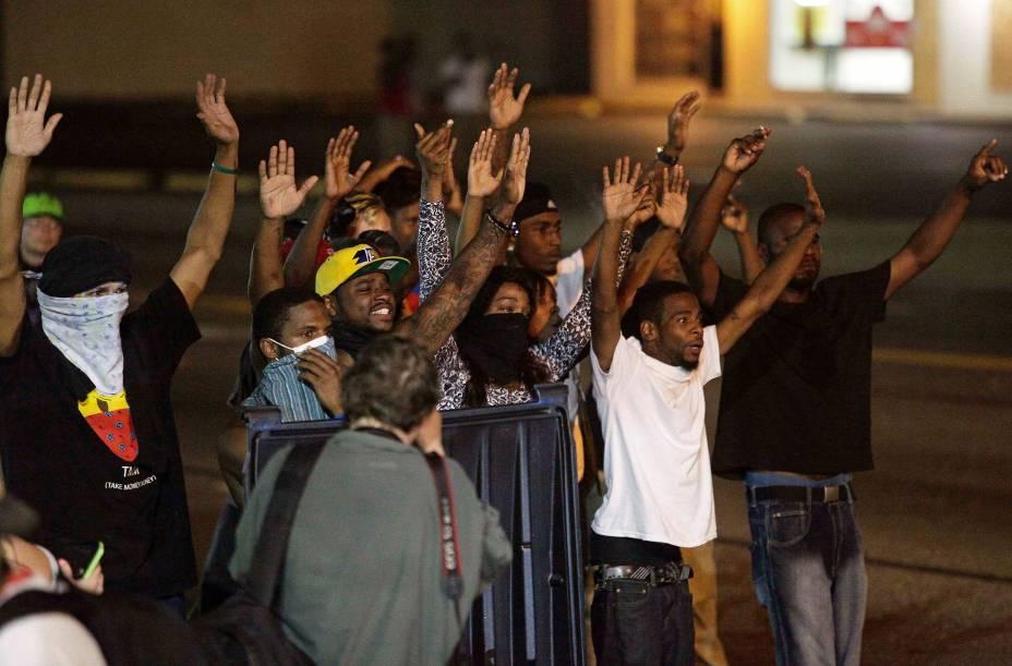 Manifestantes levantam as mãos durante protestos contra a morte de Michael Brown, em Ferguson, nos EUA
