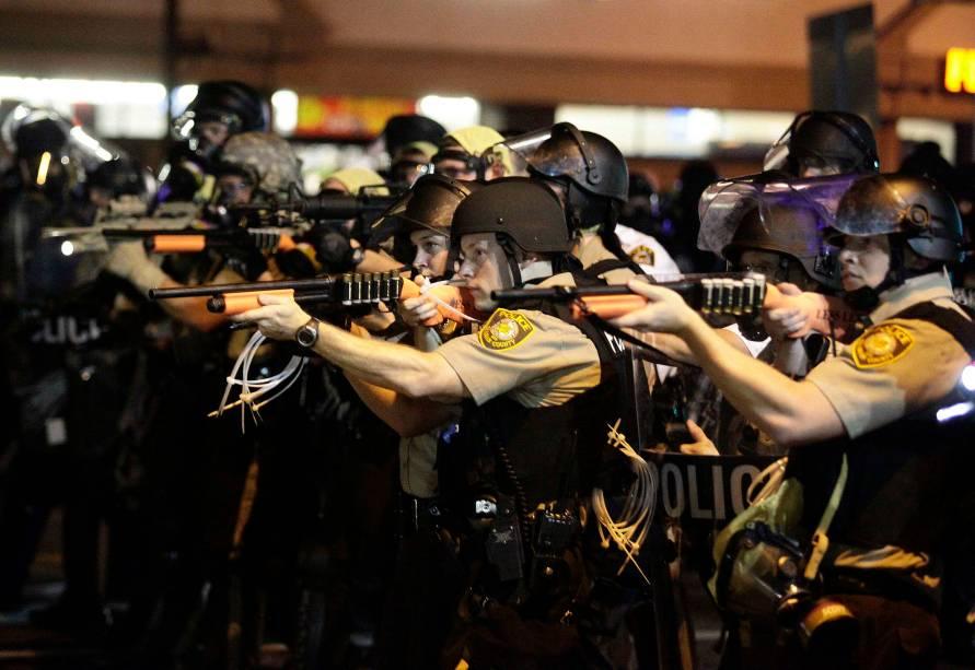 Policiais disparam bombas de gás durante nova noite de violência em Ferguson, no Missouri (EUA), nesta terça-feira (19)
