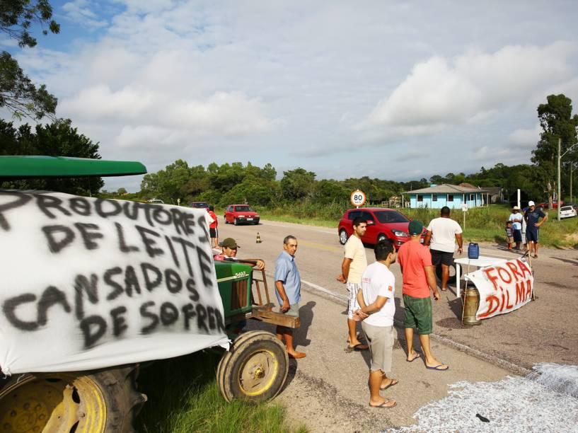 Caminhoneiros bloqueiam a BR-471 entre Rio Grande e Santa Vitória do Palmar, no Rio Grande do Sul - 27/02/2015