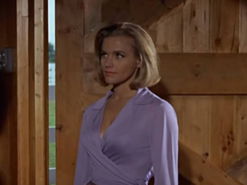 Honor Blackman, como a bond-girl Pussy Galore, em cena de '007 contra Goldfinger', de 1964