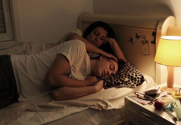 Em Que Horas Ela Volta?, de Anna Muylaert, Regina é Val, empregada que cuida de Fabinho (Michel Joelsas)