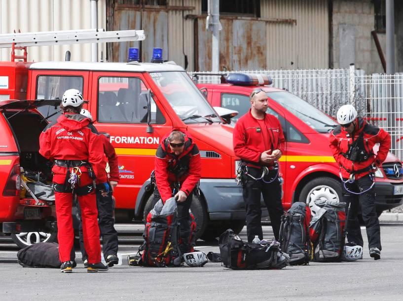 <p>Em Digne-les-Bains, bombeiros se preparam para ir até o local da queda </p>