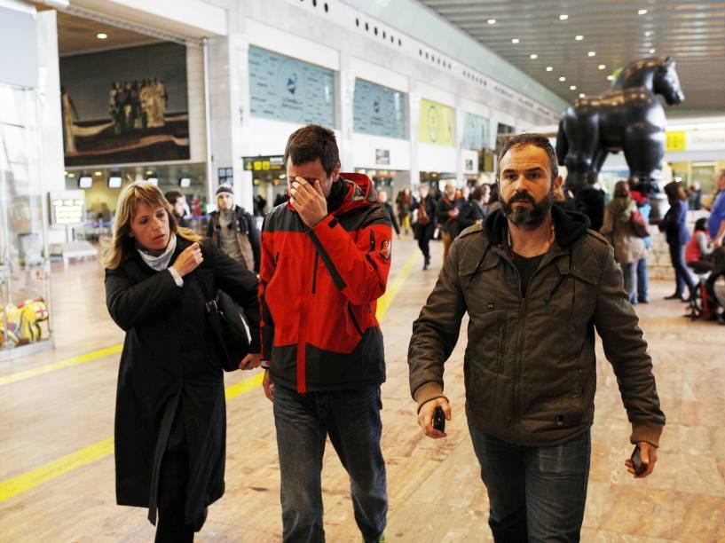 <p>Familiares dos passageiros do Airbus A320 que caiu hoje no sul da França, chegam ao aeroporto de Barcelona, Espanha </p>