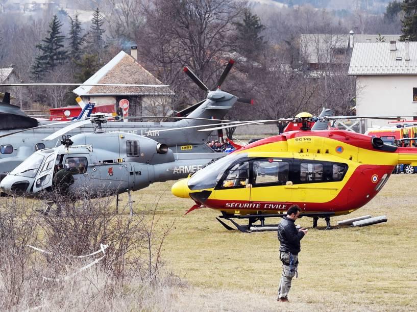 <p>Helicóptero da Força Aérea Francesa e os serviços de segurança civis, chegam próximo ao local onde o Airbus A320 caiu, em Germanwings, nos Alpes Franceses </p>