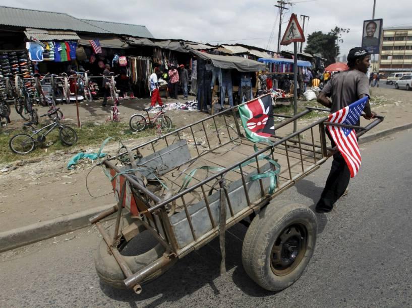 Queniano puxa carrinho de recolher entulho com a bandeira americana