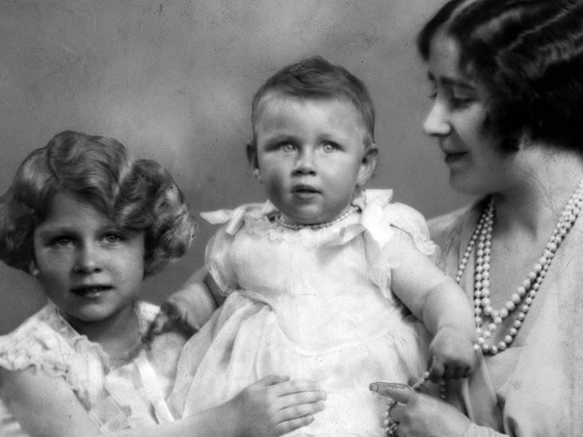 Rainha Elizabeth, com as princesas Elizabeth (à esquerda) e Margaret Rose (1930 - 2002)