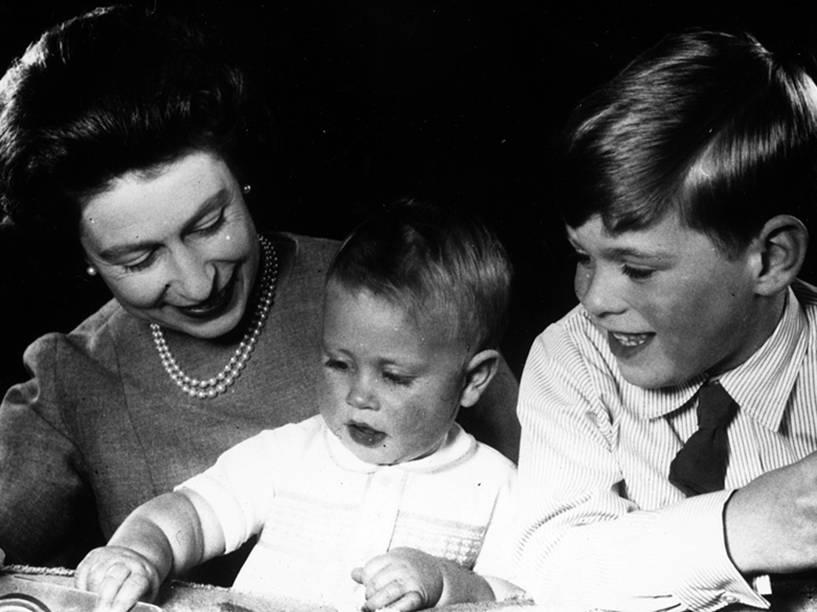 Rainha Elizabeth II com os príncipes Edward e Andrew , no castelo de Windsor - 01/06/1965