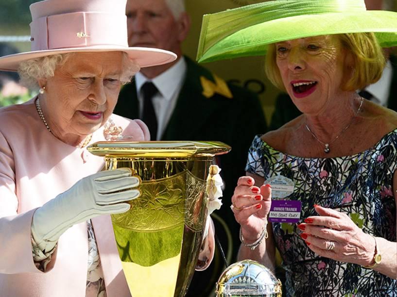A rainha Elizabeth apresenta o troféu Diamond Jubilee Stakes da corrida de cavalos no último dia do Royal Ascot, na Inglaterra - 21/06/2014