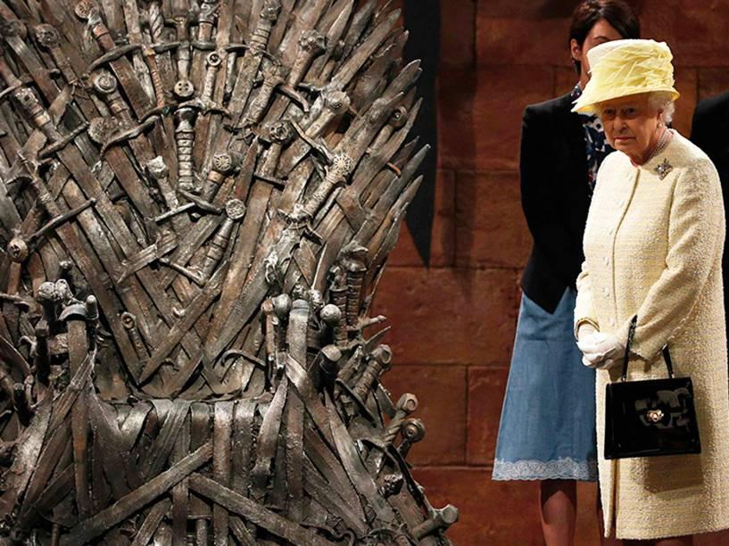 A rainha Elizabeth II olha para o Trono de Ferro, durante visita ao elenco da série de televisão Game of Thrones em Belfast, na Irlanda do Norte - 24/06/2014